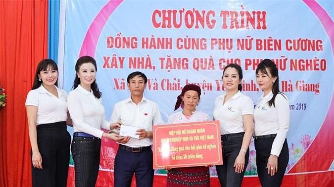 Hiệp hội nữ Doanh nhân doanh nghiệp nhỏ và vừa đã trao 50 triệu đồng cho chị Giàng Thị Mỷ - trường hợp chịu thiệt hại nặng nề sau thiên tai.