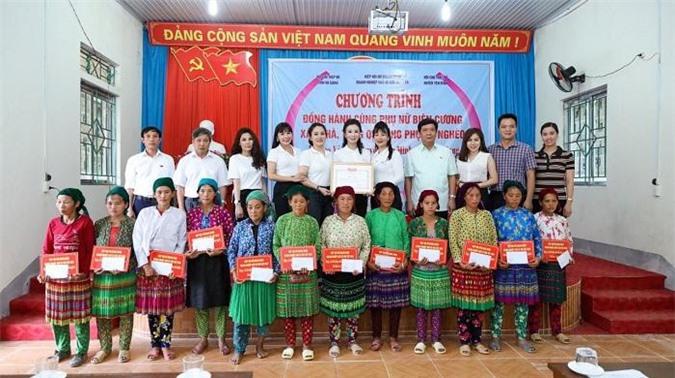 12 hoàn cảnh phụ nữ biên cương khó khăn tại xã Lao Và Chải, huyện Yên Minh, tỉnh Hà Giang được trao quà từ thiện.