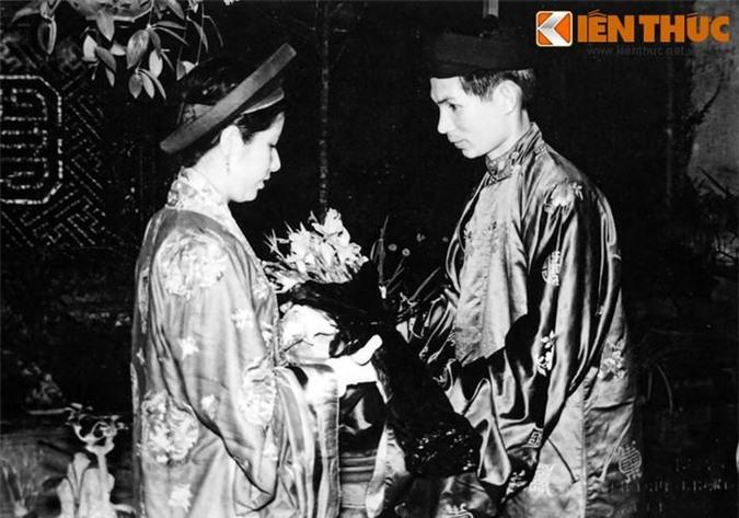 Chú rể trao hoa cho cô dâu.