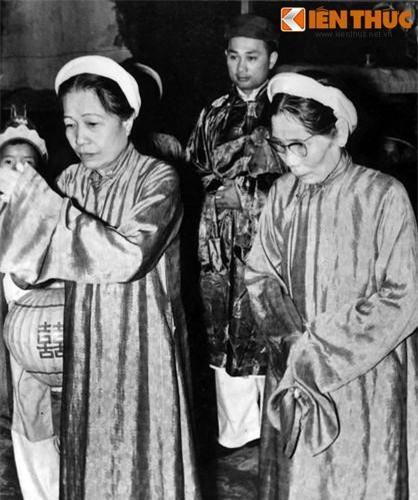 Mẹ cô dâu và mẹ chú rể thắp hương báo gia tiên tại nhà gái.