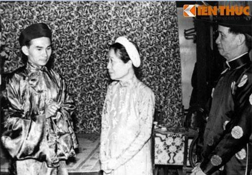 Nhà trai đến làm lễ trình giờ trước khi đón dâu trong đám cưới của ông Vĩnh Phối và bà Thạch Huệ ở Huế ngày 9/3/1969. Loạt ảnh chụp lại từ tư liệu của Bảo tàng Phụ nữ Việt Nam.
