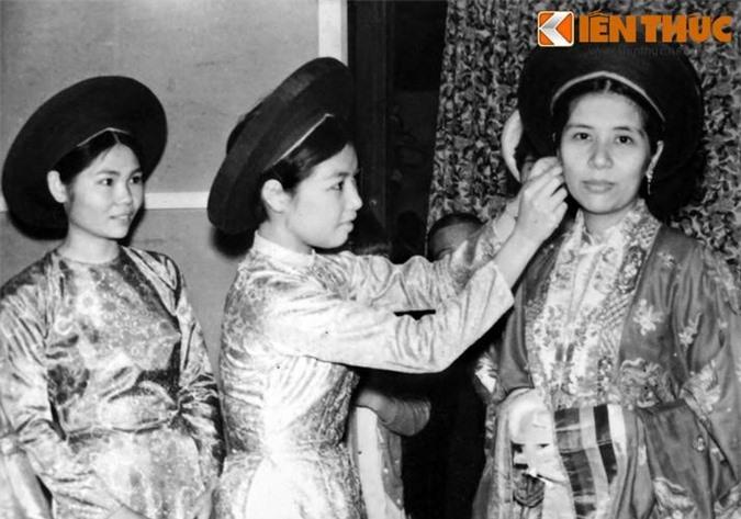 Phù dâu chuẩn bị trang phục cho cô dâu trong đám cưới ở Huế năm 1969.