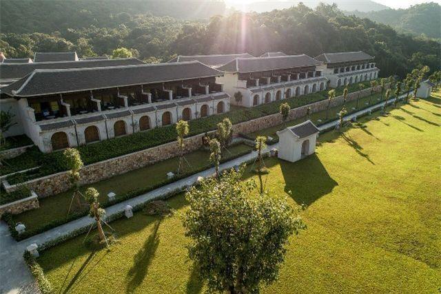 Khu tĩnh dưỡng gồm 133 phòng nghỉ đều có ban công riêng nhìn ra cảnh quan hùng vĩ của núi rừng Yên Tử.