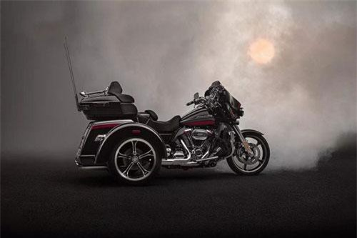 Low Rider S không chỉ là mẫu xe mới thứ 2 xuất hiện trong dòng sản phẩm 2020 của hãng xe môtô đình đám Mỹ. Với đời xe năm sau, hãng cũng giới thiệu thêm một dòng môtô 3 bánh mới là Harley-Davidson CVO Tri Glide 2020.