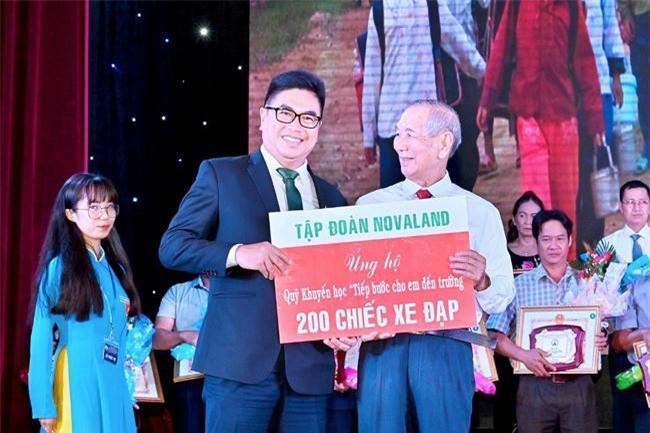 """Novaland trao tặng 200 chiếc xe đạp cho Quỹ khuyến học """"Tiếp bước cho em đến trường"""" (ảnh NV)"""