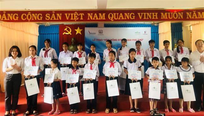 Trao học bổng tiếp sức đến trường cho học sinh nghèo hiếu học (ảnh: NV)