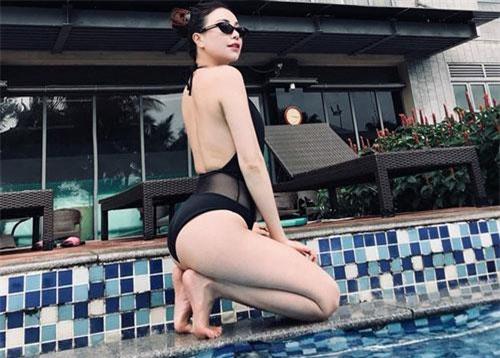Mới đây, trên trang cá nhân, người đẹp quê Cà Mau vừa đăng tải loạt ảnh bikini nóng bỏng khiến nhiều người không khỏi xuýt xoa.