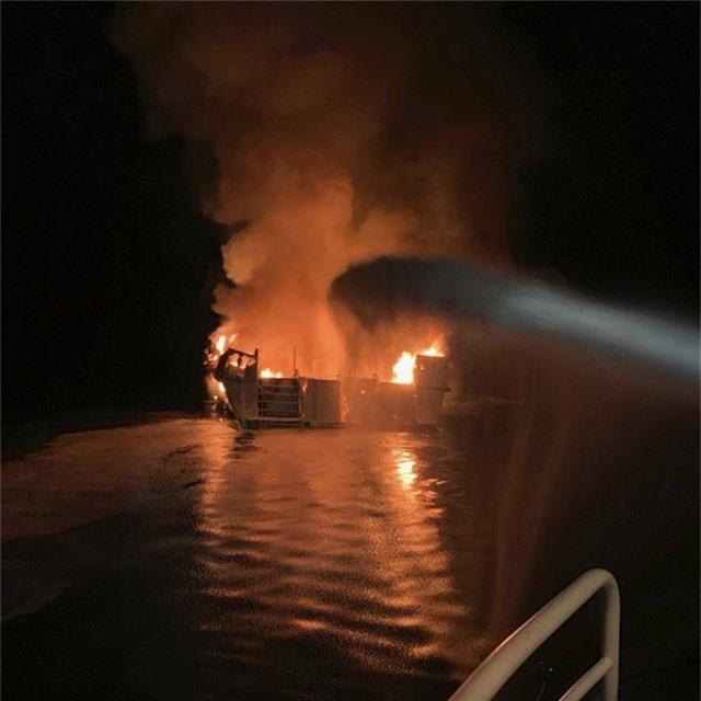 Cháy tàu kinh hoàng ở ngoài khơi California, Mỹ, hơn 30 người thiệt mạng - Ảnh 1.