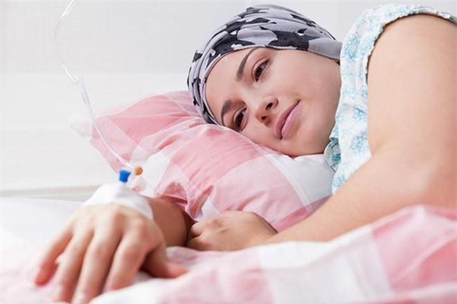 3. Trong giai đoạn đầu, người mắc bệnh máu trắng thường có biểu hiện Sốt cao thường xuyên