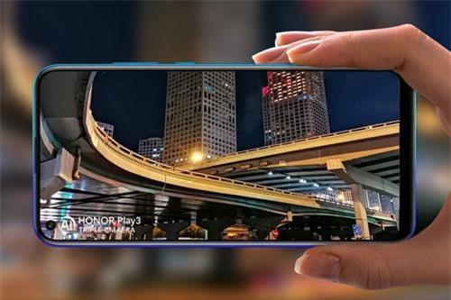 Play 3 sử dụng màn hình IPS 6,3 inch, độ phân giải HD Plus (1.560x720 pixel), mật độ điểm ảnh 269 ppi. Màn hình này được chia theo tỷ lệ 19,5:9, thiết kế dạng đục lỗ, chiếm 90% diện tích mặt trước.