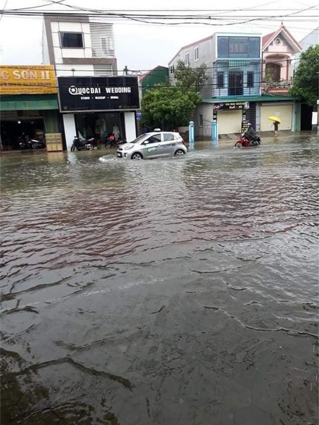 Hình ảnh ngập lụt kinh hoàng ở rốn lũ miền Trung - Ảnh 6.