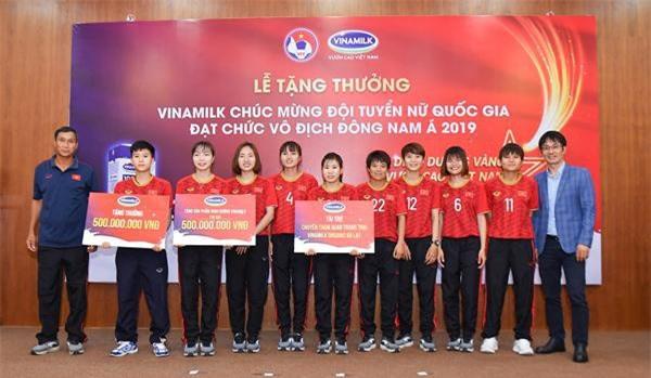 Ông Phan Minh Tiên, Giám đốc Điều hành Marketing & Kinh Doanh Vinamilk đại diện trao tặng các phần thưởng cho Đội tuyển Bóng đá nữ quốc gia