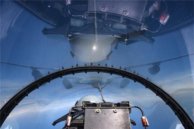 Can canh man tiep nhien lieu tren khong cuc kho cua tiem kich F-16-Hinh-2
