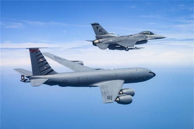 Can canh man tiep nhien lieu tren khong cuc kho cua tiem kich F-16-Hinh-7
