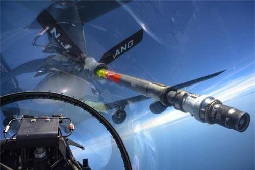 Quá trình tiếp liệu trên không cho tiêm kích F-16 thường được thực hiện ở độ cao từ 7500 cho tới 10.000 mét so với mực nước biển. Nguồn ảnh: Sina.
