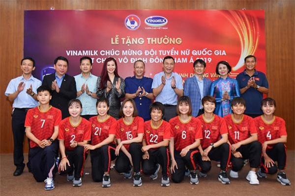Các đại biểu dự lễ trao thưởng chúc mừng Đội tuyển Bóng đá nữ quốcgia vô địch Đông Nam Á 2019