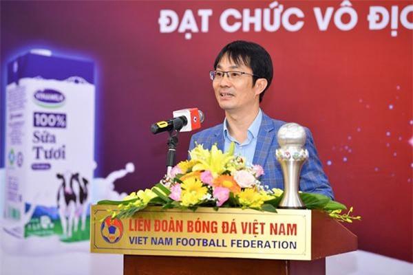 Ông Phan Minh Tiên phát biểu chúc mừng đội tuyển đã đạt thành tíchxuất sắc tại Giải vô địch Bóng đá nữ Đông Nam Á 2019