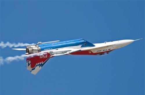 MiG-29OVT thao diễn nhào lộn tại triển lãm hàng không. Ảnh: Airliners.net