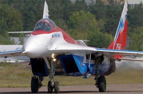 Ngoại trừ việc thay động cơ mới với miệng vòi phun đặc biệt thì chiếc MiG-29OVT không có điểm khác biệt nào khác về hình dáng so với các mẫu trước đó. Ảnh: Airlines.net
