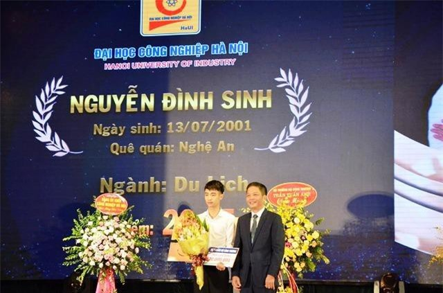 Bộ trưởng Trần Tuấn Anh trao tặng suất học bổng 20 triệu đồng cho tân sinh viên Nguyễn Đình Sinh - thủ khoa có điểm xét tuyển vào trường cao nhất (26,25 điểm)
