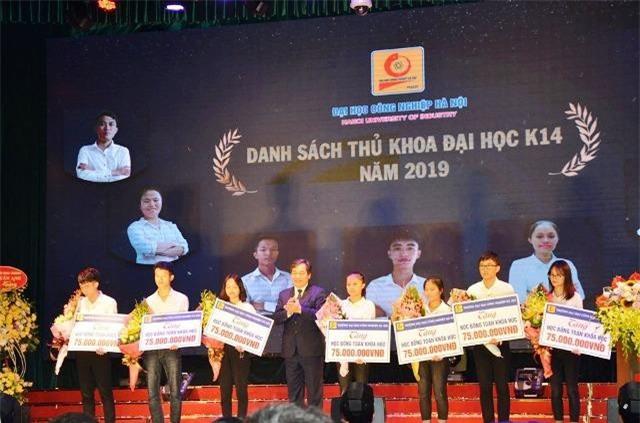 NGND.PGS.TS. Trần Đức Quý trao học bổng cho 07 thủ khoa xuất sắc năm 2019