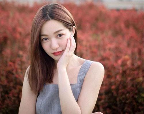 Prim Nasongkhla (nickname Toeyprim, 26 tuổi) là gương mặt gây chú ý trong giới trẻ Thái Lan nhờ có vẻ ngoài xinh đẹp, ngọt ngào.Cô tốt nghiệp ĐH Chulalongkorn và hiện làm việc tại phòng khám nha khoa ở thành phố Songkhkla, phía nam Thái Lan.