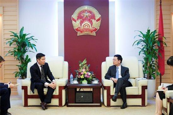 Bộ trưởng Nguyễn Mạnh Hùng tiếp ông Kuek Yu-Chuang, Giám đốc điều hành Netflix khu vực châu Á Thái Bình Dương. Nguồn ảnh: MIC