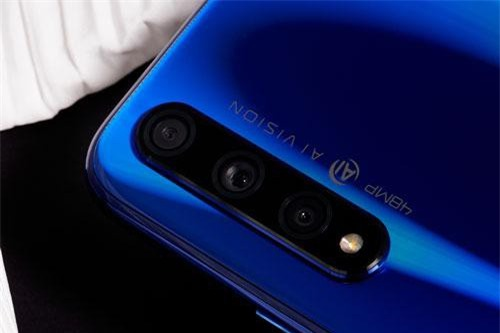 Honor 20S có 3 camera sau. Trong đó, cảm biến chính 48 MP, khẩu độ f/1.8 cho khả năng lấy nét theo pha. Ống kính siêu rộng 8 MP, f/2.4 và cảm biến macro 2 MP, f/2.4. Bộ ba này được trang bị đèn flash LED.