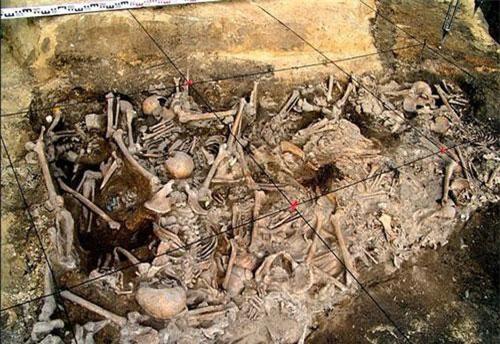 """Trong cuộc khia quật tại thành phố Yaroslavl, phía đông bắc Moscow, Nga, các chuyên gia phát hiện """"hố tử thần"""" chứa khoảng 300 bộ hài cốt. Số hài cốt này được cho có mối liên hệ với đế chế Mông Cổ."""
