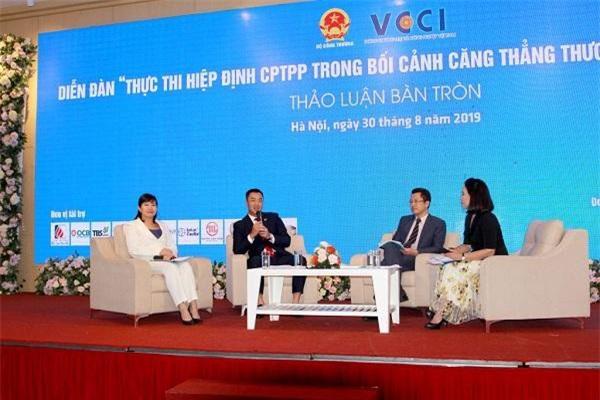 """Bà Trịnh Thị Thu Hiền (thứ nhất từ trái sang) trong phiên thảo luận bàn tròn cùng các khách mời của Diễn đàn """"Thuận lợi và khó khăn đối với Việt Nam khi thực hiện CPTPP trong bối cảnh căng thẳng thương mại Mỹ - Trung"""