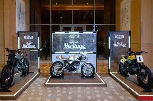 Vừa qua tại Thái Lan, mẫu môtô phân khối nhỏ Yamaha XSR155 mới đã chính thức được ra mắt, trở thành dòng xe XSR thứ 3 và cũng là nhỏ nhất trong bộ sản phẩm hoài cổ Sport Heritage của hãng xe Nhật Bản. Để chứng minh điều này, Yamaha đã trưng bày 3 bản độ XSR155 ngay trong lễ ra mắt chiếc xe.