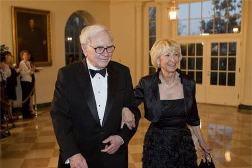 Warren Buffett và vợ Astrid Buffett tới dự bữa tối tại Nhà Trắng vào năm 2012 - Ảnh: Getty Images.
