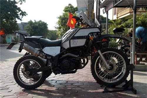 Khi nhắc đến chơi xe cào cào thì nhiều người nghĩ ngay đến Motocross (dòng xe sử dụng trong các track chuyên dụng) và Trial (dòng xe chuyên dụng biểu diễn các kỹ năng. Tuy nhiên, chiếc cào cào Yamaha Tricker XG 250 trong bài viết này được độ theo phong cách Rally Raid.