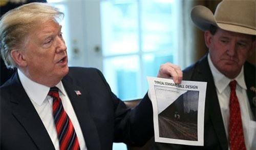 Tổng thống Trump giới thiệu về một thiết kế tường biên giới ở Nhà Trắng hồi tháng 1 (Ảnh: Reuters)