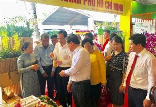 Các đại biểu tham quan gian hàng tại chợ phiên nông sản. (Ảnh: Báo Nhân dân điện tử)