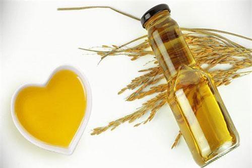 Dầu cám gạo tốt cho sức khỏe tim mạch. Dầu cám gạo cũng chứa gamma oryzanol, có tác dụng làm giảm lượng cholesterol xấu LDL, tăng lượng cholesterol tốt và tăng cường quá trình trao đổi chất của cơ thể.