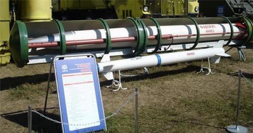Tên lửa đánh chặn 9M96 nằm trong ống phóng kiêm ống bảo quản. Ảnh: Almaz-Antey.