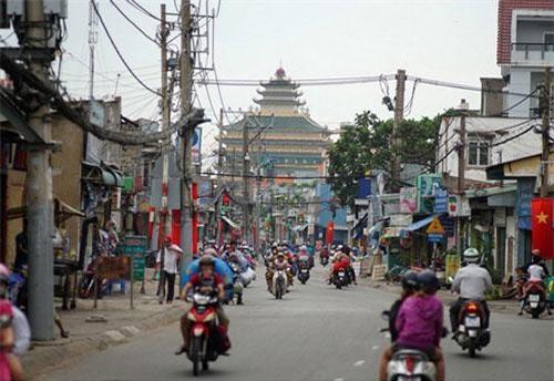 Tọa lạc tại số 502 trên tỉnh lộ 43, thuộc phường Tam Phú, quận Thủ Đức, TP HCM, chùa Vạn Đức là ngôi chùa có kiến trúc cao tầng độc nhất vô nhị của Việt Nam.
