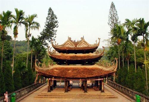 Chùa Hương – Hà Nội Chùa Hương là một danh lam thắng cảnh nổi tiếng khắp cả nước nằm ở xã Hương Sơn, huyện Mỹ Đức, Hà Nội. Ngôi chùa được xây dựng vào khoảng cuối thế kỷ 17, sau đó bị hủy hoại trong kháng chiến chống pháp năm 1947. Năm 1988 chùa Hương được phục dựng lại bởi Thượng Tọa Thích Viên Thành dưới sự chỉ dạy của cố Hoà thượng Thích Thanh Chân.