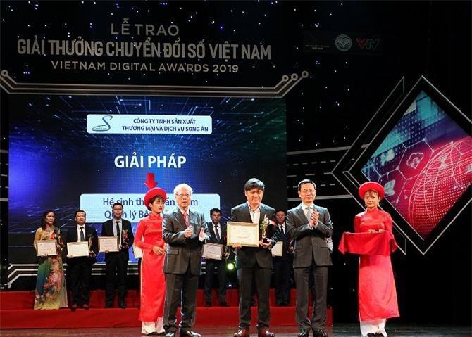 Đại diện Công ty Song Ân (giữa) lên nhận Giải thưởng Chuyển đổi số Việt Nam năm 2019. Ảnh: VDA cung cấp.
