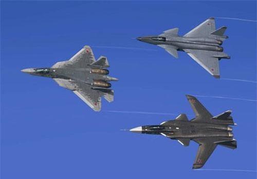 """Trong khuôn khổ triển lãm hàng không MAKS-2019 vừa diễn ra, lực lượng Không quân Vũ trụ nga đã khiến nhiều người """"đứng ngồi không yên"""" khi mang chiến đấu cơ Su-57 hiện đại ra bay trình diễn. Thú vị hơn, còn có thêm một bức ảnh Su-57 xuất hiện cùng 2 siêu cơ khác. Tuy nhiên, đây chỉ là hình ảnh ghép do cộng đồng đam mê quân sự, công nghệ quốc phòng quốc tế tạo ra. Nguồn ảnh: MAKS."""