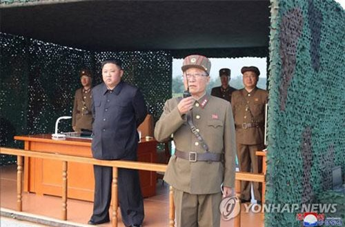 Chủ tịch Triều Tiên Kim Jong-un thị sát vụ thử vũ khí (Ảnh: Yonhap)