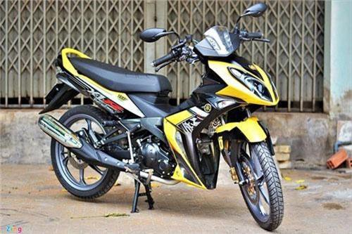 Sở hữu ngoại hình khá lạ mắt với phần đầu dạng ghi-đông rời, trong khi đó phần thân lại không khác gì những mẫu xe thông thường, xe côn tay Yamaha X1R nhanh chóng thu hút được nhiều người kể từ khi ra mắt lần đầu tiên vào năm 2007. Chiếc xe trong bài viết là một trong những chiếc X1R nguyên bản hiếm hoi được nhập khẩu về Việt Nam từ Thái Lan.