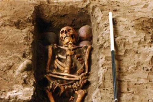 Cảnh tượng choáng sốc trong ngôi mộ chứa hài cốt 6 hộp sọ