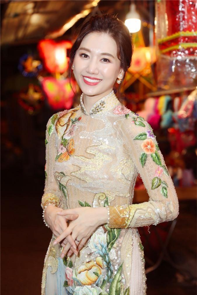 Hari Won dien ao dai, hao hung don Trung thu ben trai dep hinh anh 6