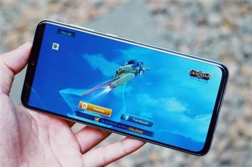 Galaxy A90 5G dùng tấm nền màn hình Super AMOLED kích thước 6,7 inch, độ phân giải Full HD Plus (2.400x1.080 pixel), mật độ điểm ảnh 393 ppi. Màn hình này được chia theo tỷ lệ 20:9, thiết kế dạng giọt nước.