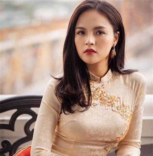 Thu Quỳnh (31 tuổi) là nữ diễn viên được biết đến qua các bộ phim như 'Sống chung với mẹ chồng', 'Ngược chiều nước mắt', 'Quỳnh búp bê' và 'Về nhà đi con'. Cô gây ấn tượng với khán giả với diễn xuất xuất sắc khi vào 2 màu vai hoàn toàn đối nghịch: My sói và Thu Huệ.