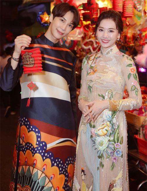 Nếu Hari Won diện áo dài cầu kỳ như một khu vườn hoa thì tài tử Park Jung Min lịch lãm với hoa văn bản lớn lấy cảm hứng từ họa tiết trống đồng. Được biết, áo dài của thành viên nhóm SS501 là quà tặng của Hari Won để kỷ niệm lần hợp tác trong phim điện ảnh này.