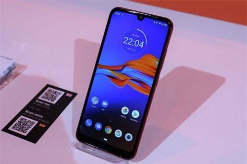 Moto E6 Plus sử dụng tấm nền màn hình IPS LCD 6,1 inch, độ phân giải HD Plus (1.560x720 pixel), mật độ điểm ảnh 282 ppi. Màn hình này được chia theo tỷ lệ 19,5:9, thiết kế dạng giọt nước, chiếm 80% diện tích mặt trước.