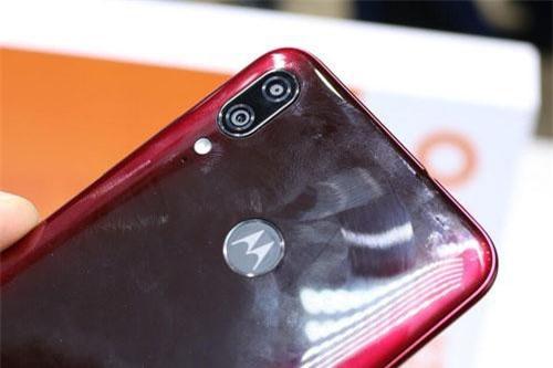 Moto E6 Plus được Motorola trang bị camera kép ở mặt lưng với độ phân giải 13 MP, khẩu độ f/2.0 có khả năng lấy nét theo pha và cảm biến phụ 2 MP giúp chụp ảnh xóa phông. Bộ đôi này được trang bị đèn flash LED.
